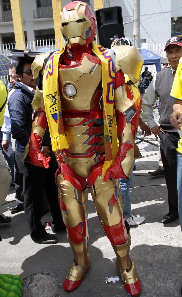 Varias figuras del cine presentes en los exteriores del estadio, aquí Iron Man.