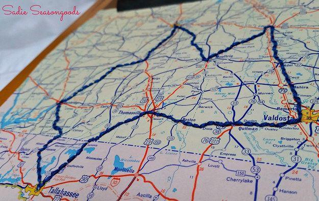 O recuerda un viaje por carretera con unas puntadas por toda la ruta: | 20 maneras asombrosas de exhibir los recuerdos de tus viajes