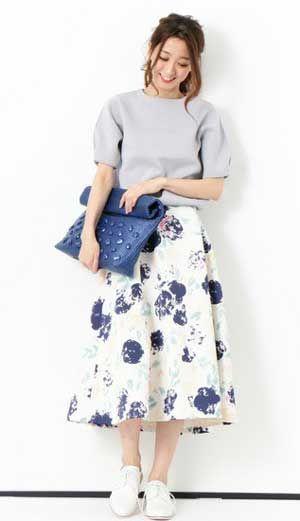 花柄スカート×白スニーカーで大人可愛く♡流行りのコーデまとめ。
