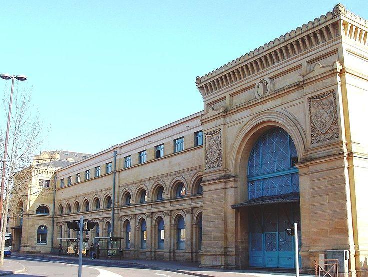 METZ Ancienne gare, place du Roi-George (bâtiment de 1878.  Le bâtiment voyageurs, long de plus de 300 mètres et dont la tour de l'horloge s'élève à 40 m, est édifié de 1905 à 1908 par l'architecte berlinois Jürgen Kröger, assisté des architectes Peter Jürgensen et Jürgen Bachmann ainsi que du sculpteur Schirmer, dans un style néoroman rhénan.