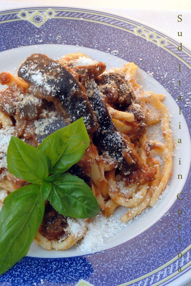 Quel che d'amaro delle Melanzane, quel che di dolce dei Pomodori ormai veramente maturi, il profumo del Basilico e l'avvolgente del Cacioricotta di Capra stagionato, è un piatto che urla Estate http://blog.giallozafferano.it/suditaliaincucina/?p=2699