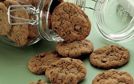 cookies med chokoladestykker  75 g blødt smør 100 g sukker 50 g brun farin 1 æg 150 g hvedemel 1 tsk vaniljesukker 1⁄2 tsk natron 1⁄2 tsk fint salt 100 g grofthakket mørk chokolade (ca. 50% kakao) 50 g hasselnøddekerner i halve  Bagetid Ca. 7 min. ved 175°.