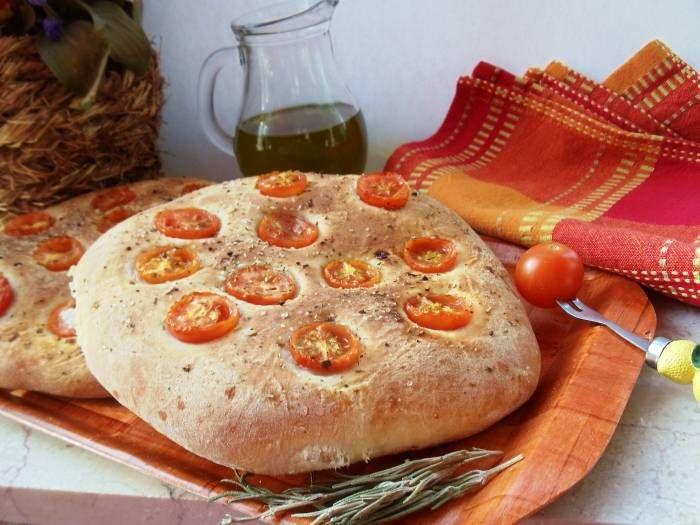 Пышная фокачча с помидорами черри и травами