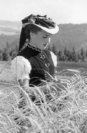 Schwarzwälder Trachten  Junge Frau aus St. Märgen mit dem Strohhut #Hochschwarzwald