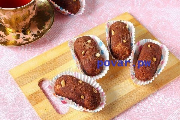 Пирожное «Картошка» из печенья  Ингредиенты: Печенье песочное - 600 грамм; Сгущенка - 1 банка; Масло сливочное - 200 грамм; Какао-порошок -3 ст.л; Ванилин - 1 пакетик.  Описание процесса приготовления: Этот вариант пирожного Картошка готовится из самых простых составляющий и основной - печенье. Печенье подойдет любое, например Юбилейное. Технология приготовления такого пирожного очень проста: оно крошится, затем скрепляется кремом из сгущёнки и сливочного масла. Попробуйте и Вы этот…