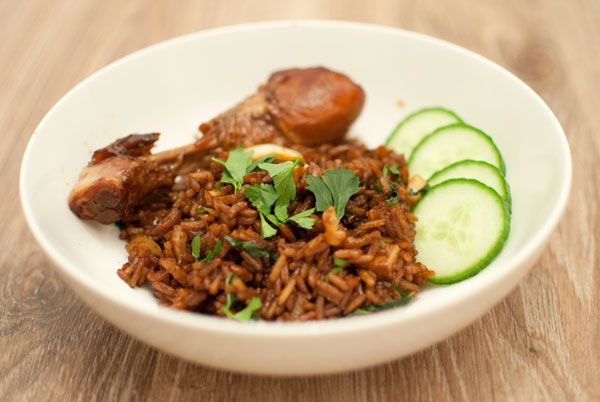 Surinaamse nasi; een makkelijk en snel gerecht dat zó ontzettend lekker is. Serveer de Surinaamse nasi met kippenpoten, kroepoek en komkommer.