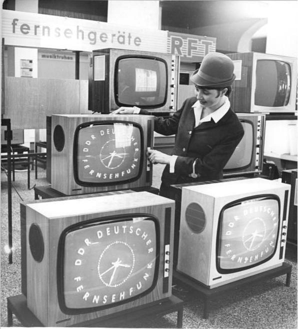 Fernsehgeräte mit dem Logo des Deutschen Fernsehfunks auf der Leipziger Messe 1968