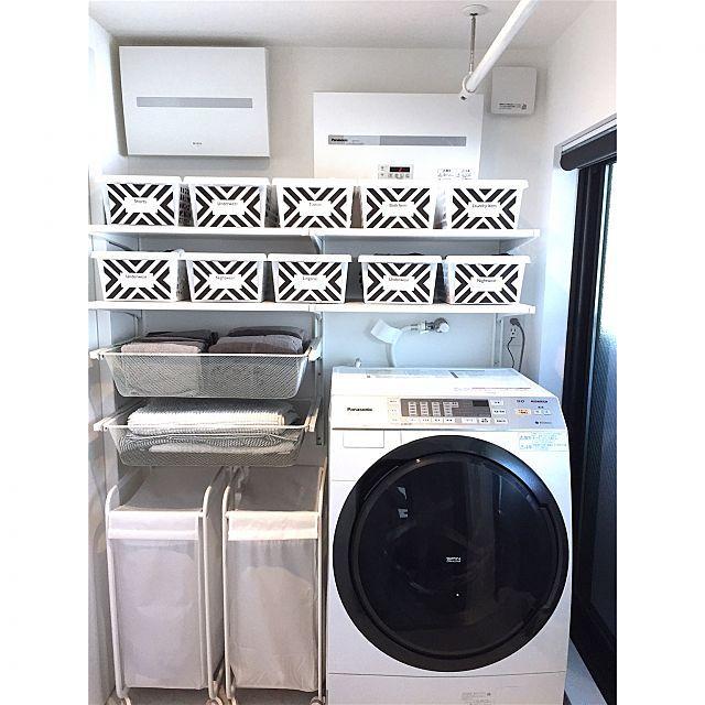 女性で、3LDKの100均/狭小住宅/ミニマルモダン/モノクロ/モノトーン/IKEA…などについてのインテリア実例を紹介。「パウダールームの奥にランドリールーム兼脱衣所があります。2階のバルコニーに面した1番明るい場所は子供部屋ではなく水回りにしました。脱衣・洗濯・物干しの移動ナシ!!雨の日は浴室乾燥機とホスクリーンでドライルームに変身します♡」(この写真は 2015-04-27 22:57:41 に共有されました)
