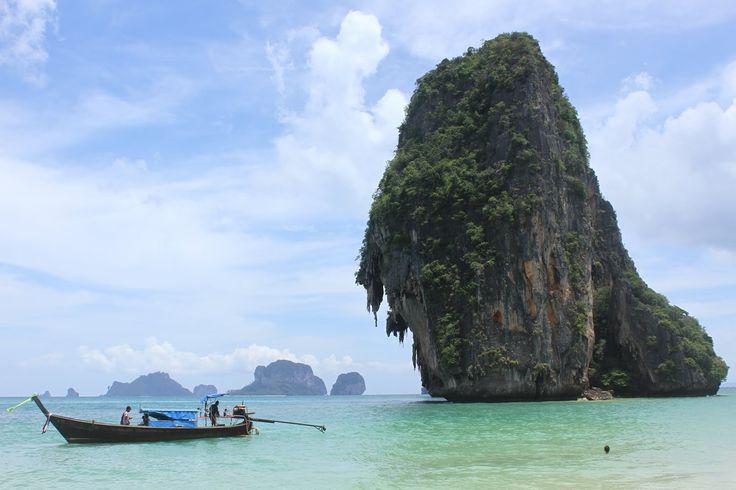 Quando optamos por fazer uma viagem pelo sudeste asiático, pensamos fazer a Tailândia só de passagem. No entanto, como nunca gozamos de férias com praia, e nunca temos tempo para relaxar, combinamos que este ano íamos dar uma hipótese ao turismo balnear. Mas, uma coisa é dar uma hipótese ao turismo balnear, outra coisa é …