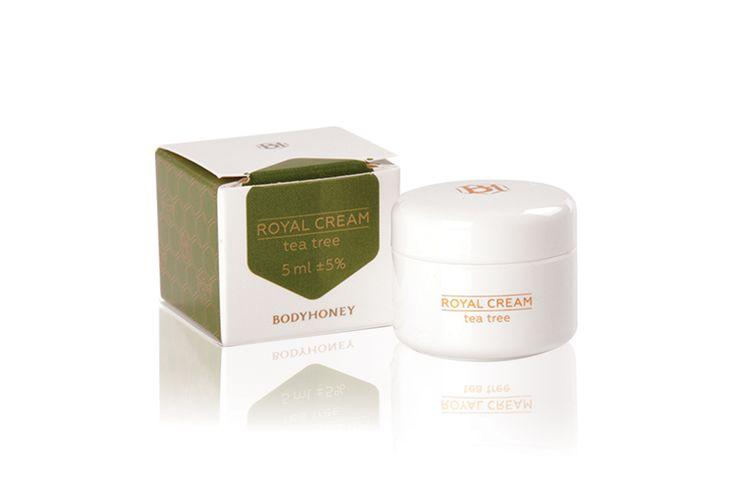 Ismered az érzést, amikor egy fontos eseményre készülve előjönnek arcodon a pattanások?     A Royal Cream Tea Tree-ben található teafaolaj és méhpempő együtt igazi csodaszerek: mindössze néhány óra alatt képesek javítani a bőröd állapotán!  Az 5 ml-es kiszerelést bárhová magaddal viheted, hogy vészhelyzetben segítségedre lehessen. Így mindig biztonságban vagy! Ints búcsút a bőrproblémáknak, légy magabiztos!