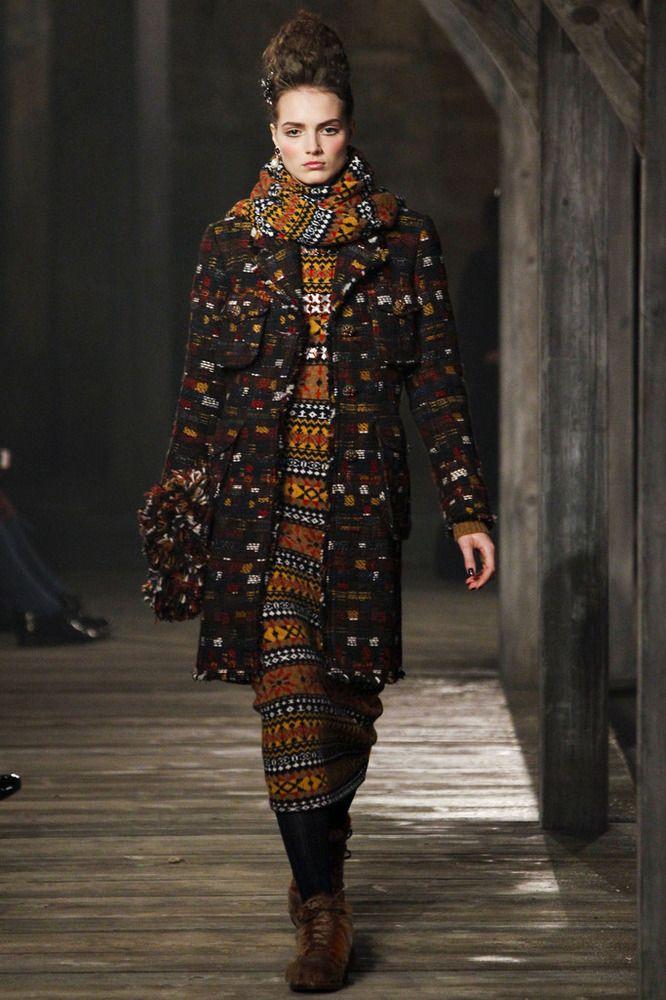 Chanel Metiers dArt Herfst-Winter 2013-2014 \ Fashion  Karl Lagerfeld presenteerde zijn Scottish show Chanel Metiers dArt . De show vond plaats in de stad van Linlithgow in Schotland. Diende als inspiratie voor de ontwerper van deze geweldige historische kleding van het Verenigd Koninkrijk: de traditionele tartans en kilts, en jurken in koninklijke stijl van Mary Stuart.