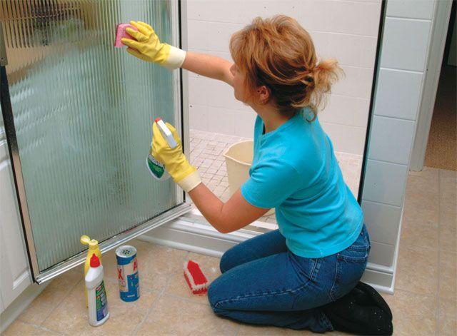 En basit haliyle kirli görünüm ve mat yüzey ile keyfinizi kaçıran duşakabinlerin temizliğini sağlamak için biriken suyu hemen banyo sonrası temizlemek ve kurumasını sağlamak gerekir.