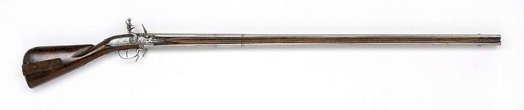 Anonymous | Dubbelloops vuursteendraailoopgeweer, Anonymous, 1670 - 1680 | Het slot bestaat uit drie delen: een achterslotplaat en twee voorslotplaten, één voor elke loop. De slotplaatdelen zijn versierd met bloem- en bladerranken, op de achterslotplaat eindigend in een hoofd en een drakenkop; gegraveerd met MASTRECK. De twee lopen zijn boven elkaar gemonteerd; voorzien van twee ingevijlde ringen; achterop gegraveerd met portretten en profil van een man en een vrouw; de staart van de loop is…