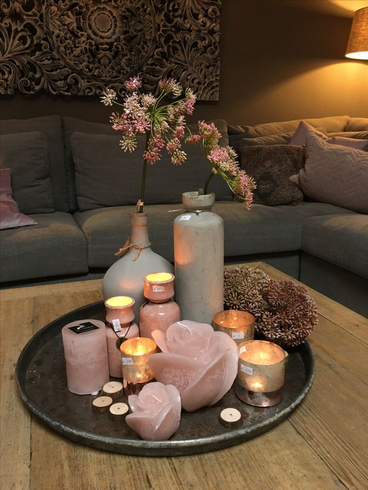 Runde Tischplatte mit Kerzen Tannenzapfen kleine T…