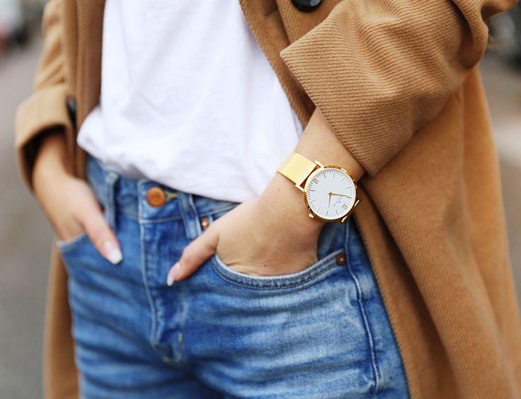 Pardessus camel + tee-shirt blanc + montre dorée + jean bleu délavé = le bon mix