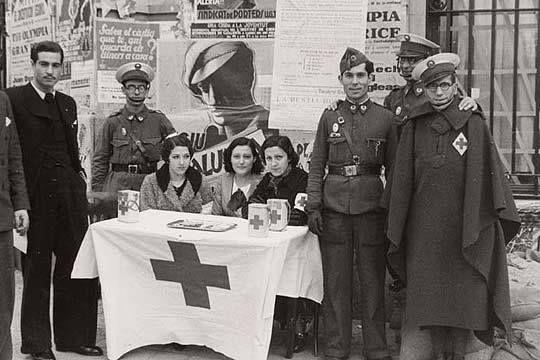 Mesa petitoria de Cruz Roja Española en Barcelona durante la Guerra Civil.