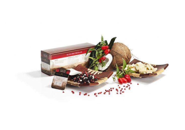 Herbata Black Chilli Chocolate - połączenie doskonałych czarnych herbat z głębokim akcentem czekolady i chili. http://www.sklep.richmont.pl/product-pol-1179-Herbata-Black-Chili-Chocolate-saszetki-50-szt-.html