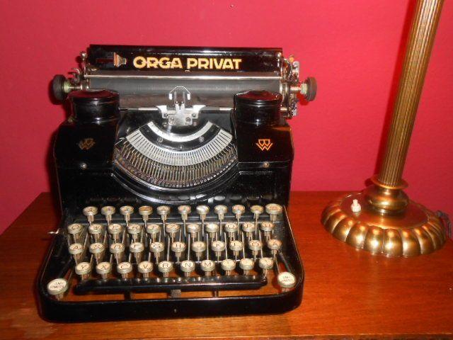 Mooie ORGA PRIVAT van de Bing Werke schrijfmachine Duitsland ca. 1930  Mooie ORGA PRIVAT van de Bing-WerkeProductiejaar ca. 1928-1930 door de fabrikant van de bekende speelgoed Bing Werke NeurenbergDe Orga Privat is in zeer goede staat met slechts enkele tekenen van slijtage.De schrijfmachine is schoon en werkt FLAWLESSLY.Mooie glanzende coating met goed bewaarde inscripties.Originele lint covers zijn ook beschikbaar.De originele case is gemaakt van hout en in goede conditie ondanks enige…