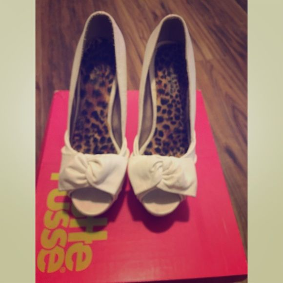 White Charlotte Russe heels with bow Size 7 cute and comfortable heels Charlotte Russe Shoes Heels