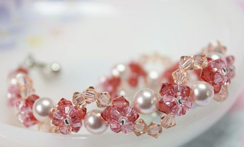 Entwined Pearl and Petal Bracelet | You are going to absolutely love this beaded bracelet! It is so unbelievably stunning and you wouldn't believe how easy it is to make it!