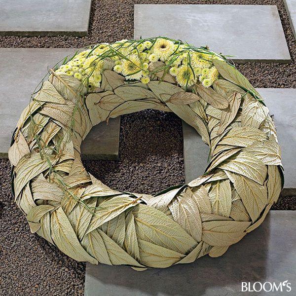 Moderne Trauerfloristik: Trauerkränze mit Blattwerk und Blütenschmuck - Schneeballblätter-Kranz