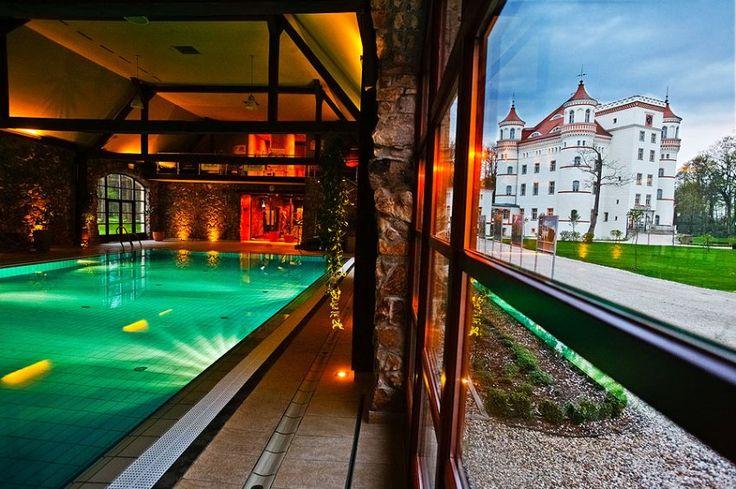 ... und sogar einen Pool respektabler Größe in seinen alten Mauern birgt. In...