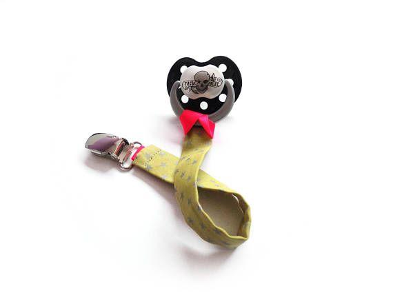 REF. A-TI-06 Conecte el pezón o manta de seguridad adjunto. ¡Ate para las pequeñas cosas que nuestros pequeños aprecian mucho! ¡Pequeñas cosas no perder para ellos y no ensucian para nosotros! Tela fondo plata plátano amarillo estrellas. Cinta de Satén en ambos extremos: