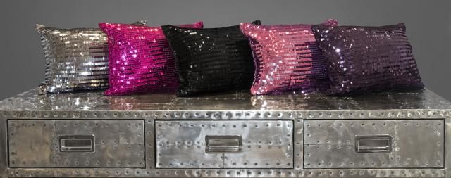 Exprimez votre côté « bling-bling » Coussins à paillettes collection Bling  Coussins à paillettes 12 pouces par 16 pouces Disponibles en fushia ou en violet 100% polyester Disponible en ligne et chez détaillant Brunelli Express your glamorous side! Bling sequined cushions  Decorative cushions 12 inches by 16 inches Sequined look Available in fushia and purple 100% polyester Available on line and at your Brunelli retailer