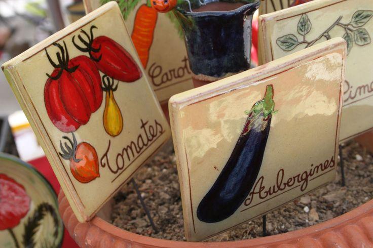 Ces pancartes vous permettront d'avoir un potager que vous aimerez faire visiter à vos amis et voisins, car elles lui donneront un look incomparable ! Originales, gaies et colorées, comme toutes les créations de Guy, elles sont en céramique. Guy Mombel est artisan potier dans le Sud de la France.  Il y a 6 modèles disponibles, représentant divers fruits ou légumes: carottes, radis, fraises, aubergines, tomates et safran. Guy décore chaque pancarte à la main, elles font 12,5cm de coté.
