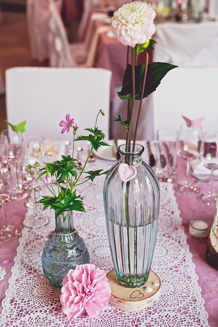 Pinke, gecrashte Tischdecke mit Tischläufer in Weiß und Vintage ...