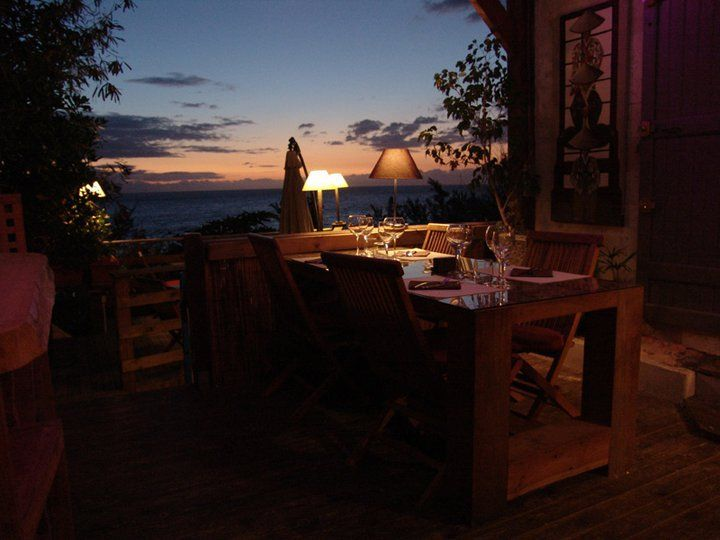 """LE GOELO - Vous emmène dans un voyage de saveurs où """"Terre et Mer"""" se confondent. Le cadre chaleureux est ouvert sur le mer. Le chef Karl Havas vous fera redécouvrir une cuisine originale en associant simplicité et tradition. Les plus grands crus vous accompagnerons pour un moment de partage."""