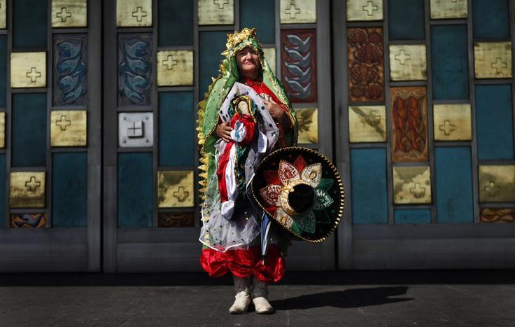 Una pellegrina cattolica a Città del Messico, durante la festa in onore della Vergine di Guadalupe (Edgard Garrido, Reuters/Contrasto)
