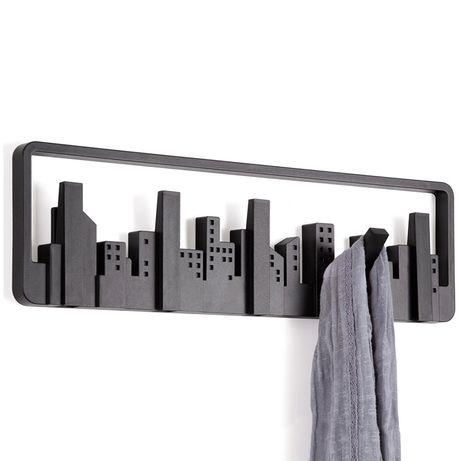 """Сам внешний вид Skyline адресован убеждённым урбанистам и приверженцам минималистичных решений в дизайне. Конечно, этот силуэт всем знаком: открывающийся из окна вид на мегаполис. В череде разновысотных домов-параллелепипедов можно увидеть пять самых высоких небоскрёбов – они представляют собой замаскированные крючки для одежды. При необходимости """"небоскрёбы"""" отгибаются и используются по назначению. Каждый крючок выдерживает нагрузку до двух килограммов."""