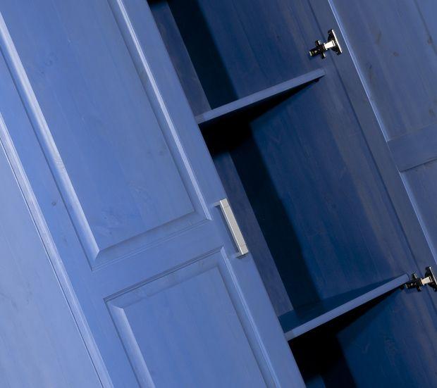 Armadio rustico www.arredamentirustici.it - 0429878530 Mobile interamente in legno massello di Svezia di nostra produzione #madeinitaly disponibile in vari colori e spedito in tutta Italia. Realizziamo cucine, camere da letto, complementi zona giorno, panche ad angolo, mobili rustici e per case da montagna, taverne, pub, pizzerie e alberghi.
