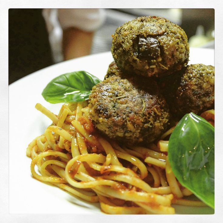 #polpette di #melanzane  #aubergine meat'less'balls served with #linguini and a rich tomato and basil sauce #italianchef #italianfood #delicious #vegetarian #pasta #keepitfresh