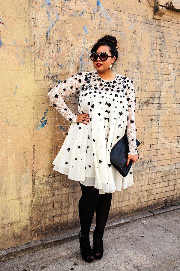 Hängerkleidchen für kurvige Frauen im A-Linien-Schnitt tragen besonders bei größerer Oberweite gerne mal auf. Bloggerin Gabi Fresh ist das egal: Sie kombiniert zu ihrem Streetstyle schwarze Strumpfhosen und schwarze Peeptoe-Booties (von Forever 21) dazu, was optisch streckt. Wie gefällt euch der Look?