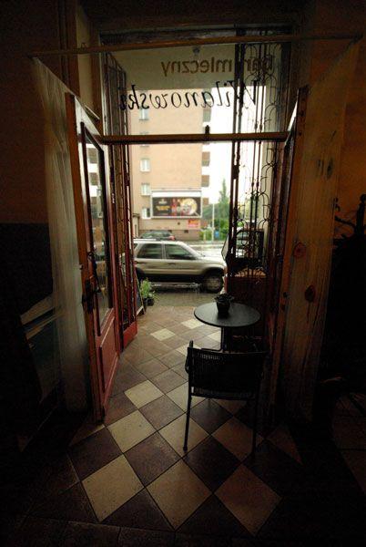 Bar Mleczny Wilanowski / Wilanowski Milk Bar. Dark entrance.