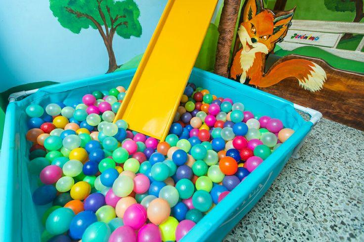 Cama y piscina de pelotas