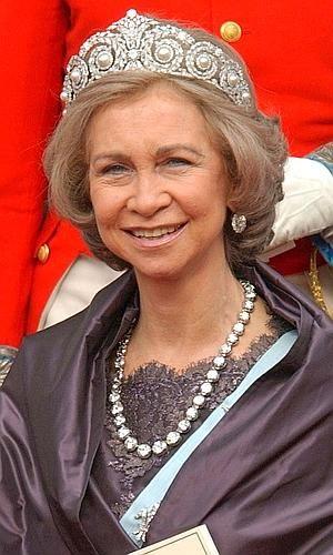 La tiara Cartier fue diseñada para la reina Victoria Eugenia en el año 1907. A su muerte, la soberana decidió regalársela a su hija Cristina. El Rey Juan Carlos compró la diadema a su tía y se la regaló a Sofía, al igual que ya hizo con la tiara rusa. Es una de las más utilizadas por la Reina emérita, quien solía combinarla con el collar de chatones –también considerado joya 'de pasar'–.