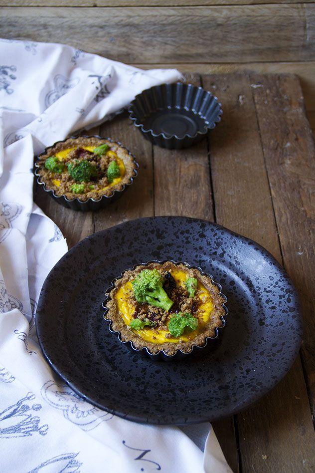 Quiche integrale con pomodori confit, cime di rapa e crumble al parmigiano.