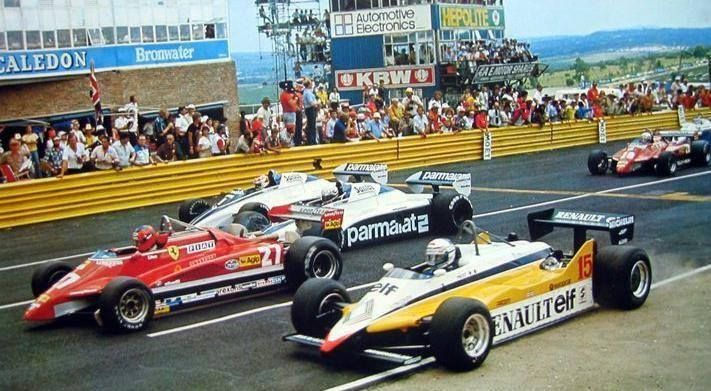 23 januari 1982 the South African grand prix. In front G. Villeneuve in the Ferrari, R. Arnoux in the Renault and N. Piquet R. Patrese both in the Brabham. In the back you'll see the Ferrari with D. Pironi.