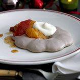Sjokolade Pavlova med appelsinsalat og råkrem
