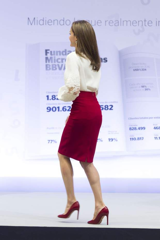 La couleur de sa jupe était rappelée avec goût sur ses escarpins et sa jolie pochette en croco