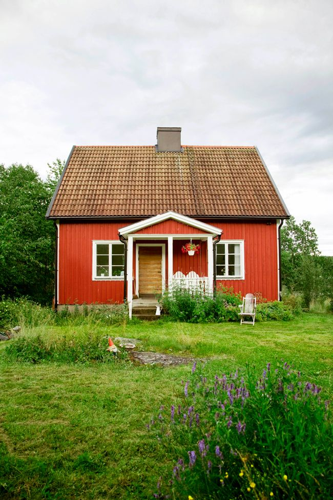 """A favorite cottage with a lot of grass underfoot. """"State of forest, mountain and lake got Susanna Sehtfors Holmquist fall for the run-down cottage outside Valdemarsvik. Ten years later, the house has been transformed into a beloved summer place where swimming, baking and forest wild neighbors are standing entertainment."""""""
