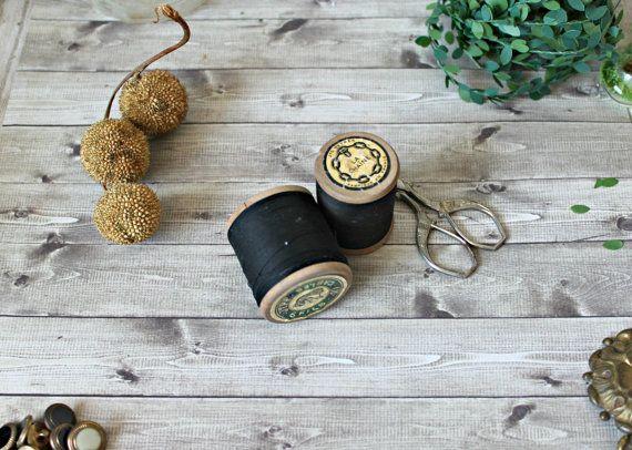 Frans antiek - set van 2 houten Klos met zwarte draad van 1900 Belle Epoque shabby chique Frans land collectie fournituren NOS