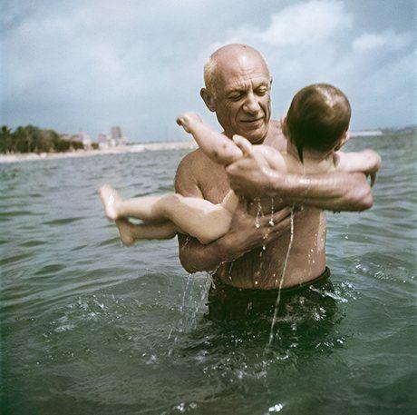 Pablo Picasso em 1948 na praia, no sul da França, com o filho recém-nascido, fotografado por Robert Capa. Veja mais em: http://semioticas1.blogspot.com.br/2013/12/robert-capa-em-cores.html