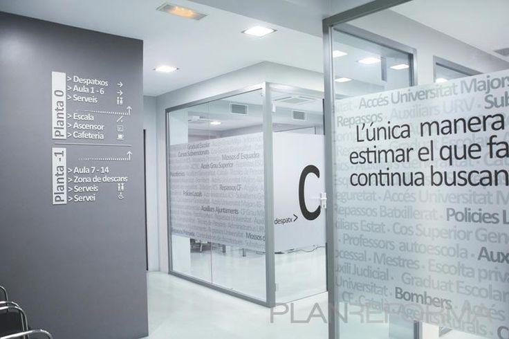 Pasillo, Oficina, Sala de conferencias style moderno color azul, gris, gris  diseñado por Fraile+Jordán. Arquitectos | Arquitecto | Copyright Fraile+Jordán. Arquitectos