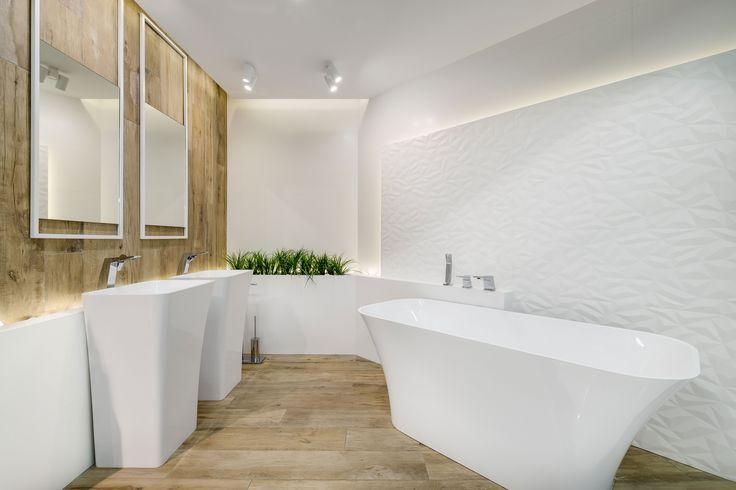 Ekspozycja Max-Fliz łazienka biała, łazienka drewno, drewno, płytki drewnopodobne, wanna wolnostojąca, wanna biała, lustra kwadrat, lustra, płytki wzór, płytki gresowe białe, nowoczesna łazienka, łazienka minimalistyczna, minimalizm, przestrzeń, design, aranżacja łazienki. Łazienka Najwyższej jakości Płytki łazienkowe i kuchenne