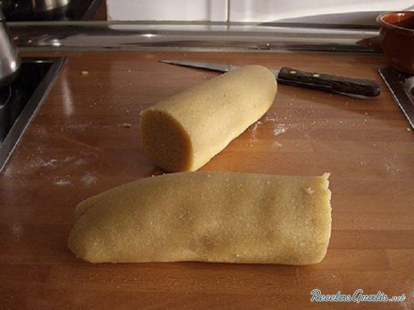 Aprende a preparar masa de mazapán - muy fácil con esta rica y fácil receta.  Mezclamos las almendras con el azúcar, la ralladura del limón y 1 clara. Lo amasamos...