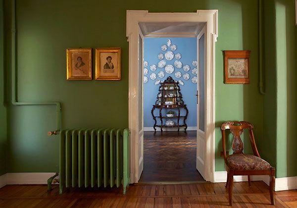 Dal verde all'azzurro. E poi ancora rosso, rosa e giallo. I colori delle pareti, abbinati a mobili d'epoca, ricreano in questo caso un'atmosfera d'altri tempi. Gusto per i dettagli e soluzioni cromati